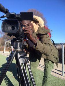 Bild junger Mann filmt mit einer Kamera
