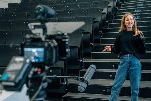 Eine Teilnehmerin Moderiert vor der Kamera